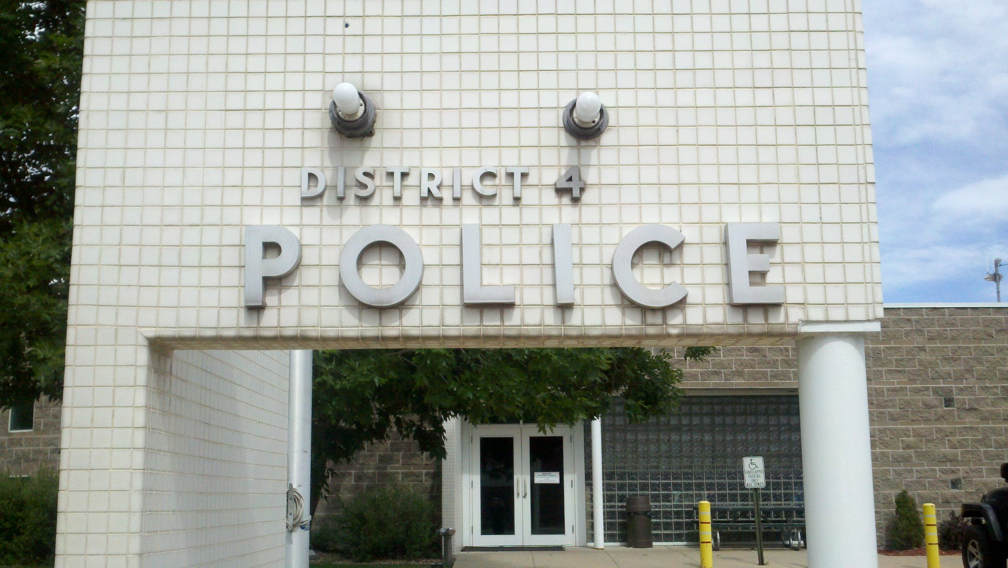 Photo of the entrance to the District 4 Police station